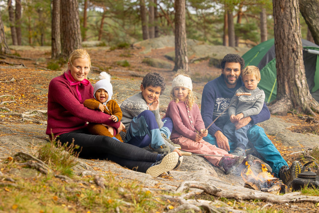 Småbarnsfamilie på grilltur i skogen. Foto.